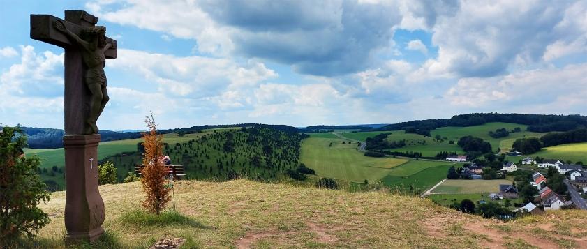 "Kalvarienberg oberhalb von Alendorf (Kreis Euskirchen), Eifelspur ""Toskana der Eifel""."