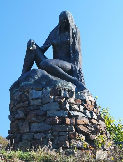 Loreley-Statue an der Spitze der Hafenmole von St. Goarshausen. Foto: Wikipedia/Mark Schreier