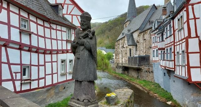 """Nepomuk-Statue auf der mittleren Elzbrücke in Monreal (Traumpfad """"Monrealer Ritterschlag"""")."""