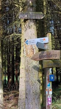 """Wegeschilder auf dem """"Pellenzer Seeuferweg""""."""