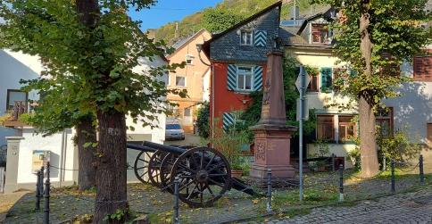Erinnerung an deutsch-französische Kriege: Lafetten auf dem oberen Marktplatz von Kaub.