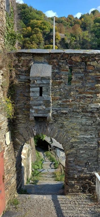 Außentor der mittelalterlichen Befestigung von Kaub am Weinberghang.