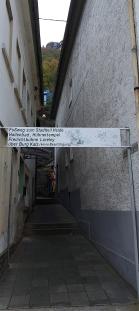 So ging es los: Zwischen Hauswänden führt eine Treppe aus St. Goarshausen hinaus und hoch zur Burg Katz (im Hintergrund).