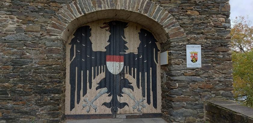 """Willkommen im Standesamt: Am Burgtor von Burg """"Maus""""."""