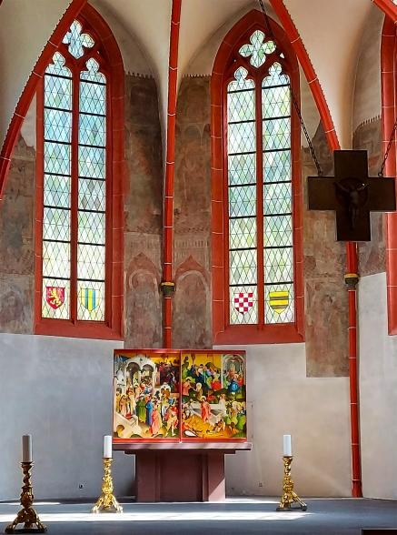 """Altarraum der Abteikirche Sayn auf dem Traumpfad """"Sayner Burgensteig""""."""