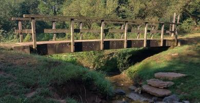 Eine der drei Brücken über den Hillesheimer Bach.