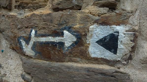 """So sahen die Markierungen früher aus: gemalte Zeichen und der """"Eifelverein Keil"""" für die Hauptwanderwege. Hier an einer Hauswand in Monreal."""
