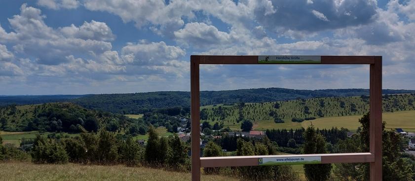 """Sehen, was man sehen soll: """"Möblierung """" mit """"XXL-Bilderrahmen"""" auf den EifelSpuren, wie hier auf der """"Toskana der Eifel"""" bei Alendorf."""
