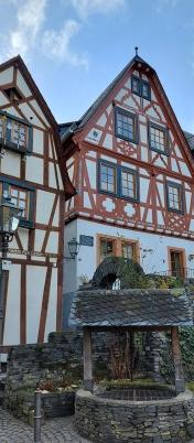 """Zwischen dem alten Pfarrhaus (rechts) und dem Wohnhaus daneben führt eine schmale Gasse aus dem Städtchen hinaus hoch in die Weinberge. Hier endet die """"Stahlberg Schleife""""."""