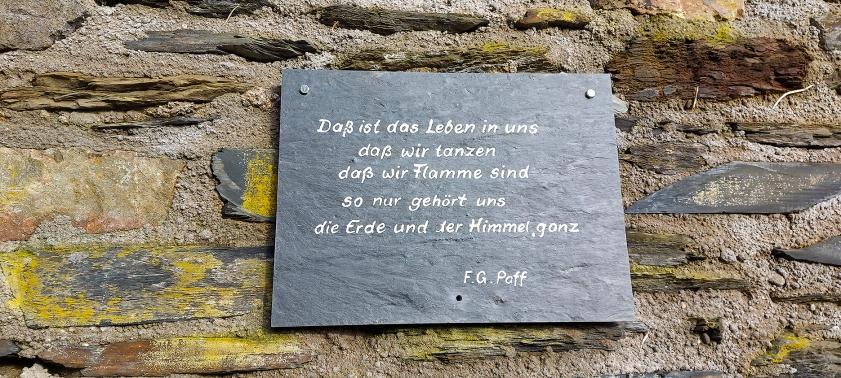 Gedichte auf Schiefertafeln entlang des Anstiegs zur Burg Stahleck.