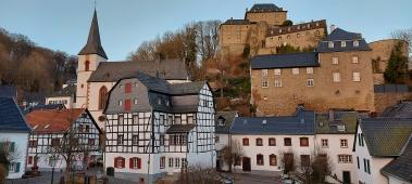 Der Curtius-Schulten-Platz mit Giidehaus, Pfarrkirche und Burg.