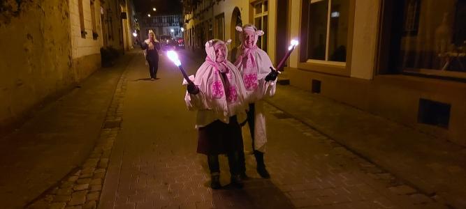 """Corona bedingt fiel der """"Geisterzug"""" in Blankenheim am Karnevalssamstag in diesem Jahr aus. Stattdessen hatten sich auch diese beiden """"Geister"""" zum abendlichen """"Spaziergang"""" verabredet."""